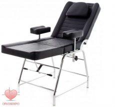 Vérvételi szék, krómozott vázzal, állítható magasságú karfával, fekete műbőrrel.
